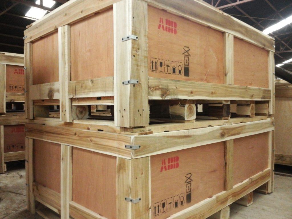 Đóng kiện gỗ hàng hóa khi vận chuyển đi nước ngoài